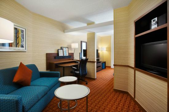 Fairfield Inn & Suites Chicago Midway Airport : King Suite - Living Area