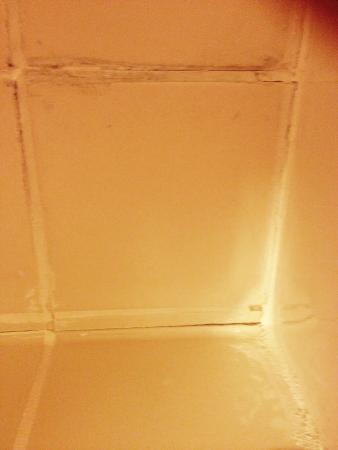 Courtyard Lexington South/Hamburg Place: Bathroom floor tiles