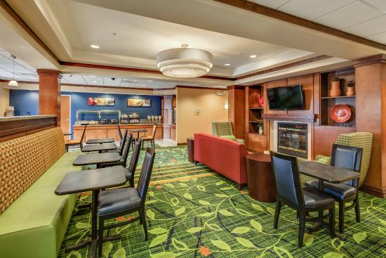 Fairfield Inn & Suites by Marriott Jacksonville Beach: Breakfast Seating