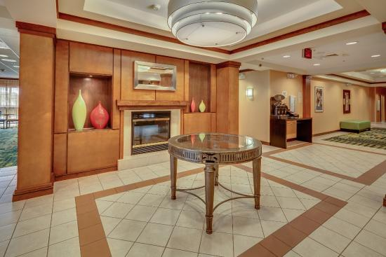 Fairfield Inn & Suites by Marriott Jacksonville Beach: Lobby Fireplace