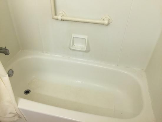 Quality Inn & Suites Bensalem: Filthy, Moldy Tub!  Dirty Shower Curtain. Rings from previous guests shampoo bottles.