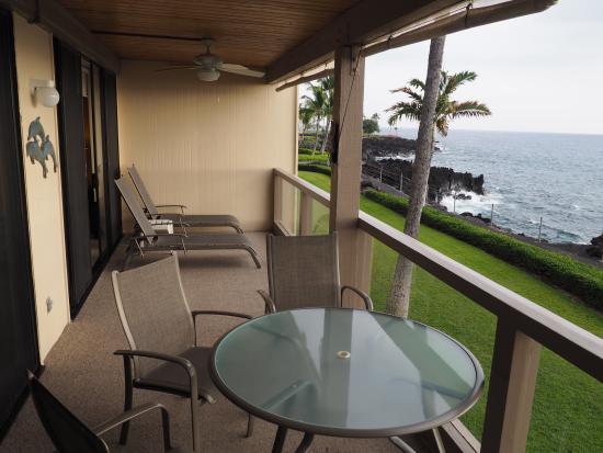 Keauhou Kona Surf & Racquet Club: lanai looking south