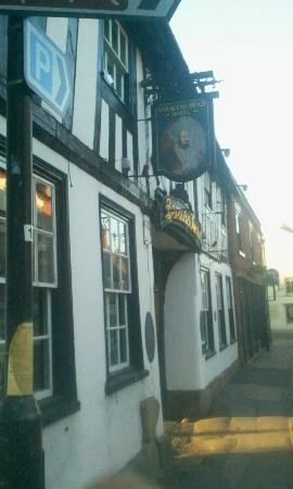 Saracens Head Hotel: Situated on the main Market Road