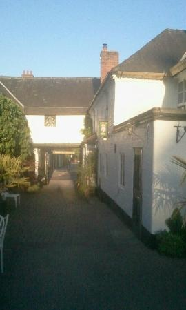 Saracens Head Hotel: Stunning rear courtyard with outside tables