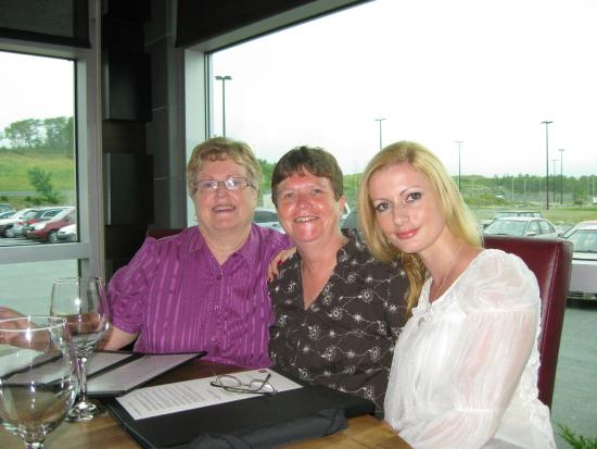 Moxie's Grill & Bar: Simoney on her birthday at Moxie's with Ginny and helen
