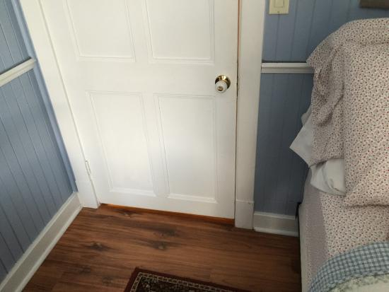 chambre bleue tr s petite chambre lit coll contre le mur et vue du couloir et escalier. Black Bedroom Furniture Sets. Home Design Ideas