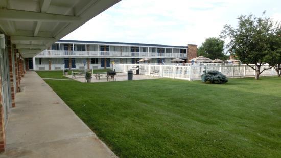 Days Inn Waynesboro: Garden U0026 Pool