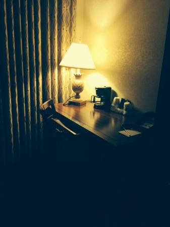 The Parkway Hotel : Inadequate lighting and desk