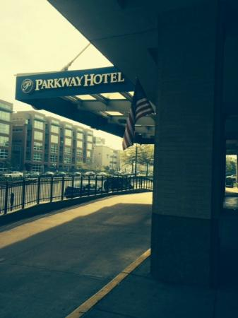 The Parkway Hotel: Entry