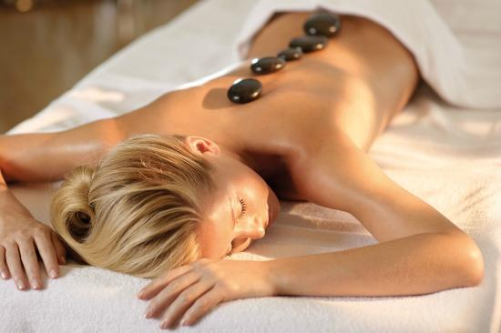 Nanaimo, Canadá: Hot Stone Massage Treatment: This kind of massage is beneficial on both physical and psychologic