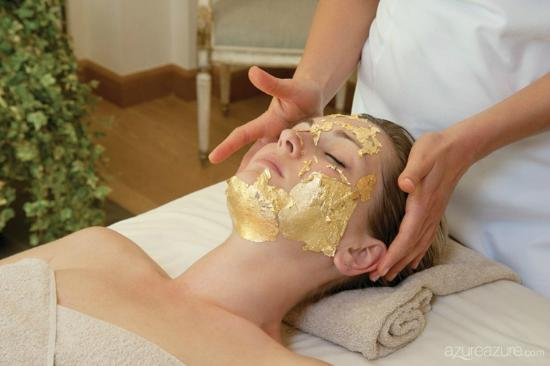 Nanaimo, Kanada: 24 Karat Gold Facial Treatment extracts the factors out of skin cells that induces aging.