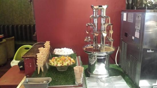 Cook & Indi's World Buffet: Fountain with both  white and chocalale:)