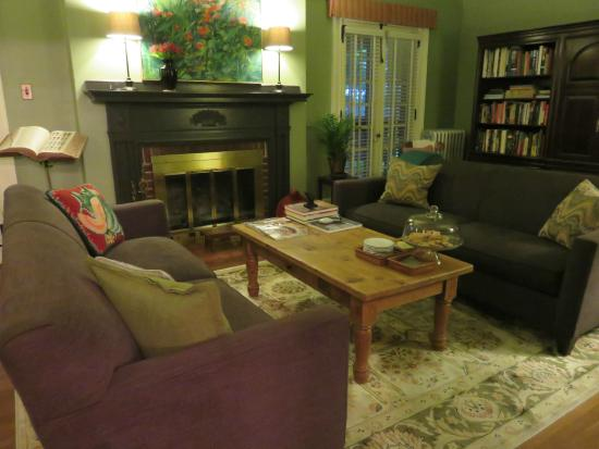 The Lancaster Bed and Breakfast : living room