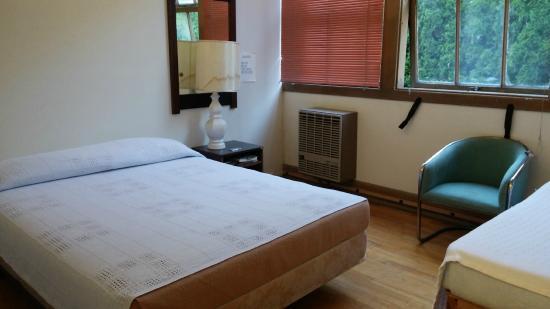 Bingen, Waszyngton: queen bed in back part of room #4. comfy but squeaky