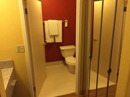 Courtyard Lexington South/Hamburg Place : View of closet and bathroom