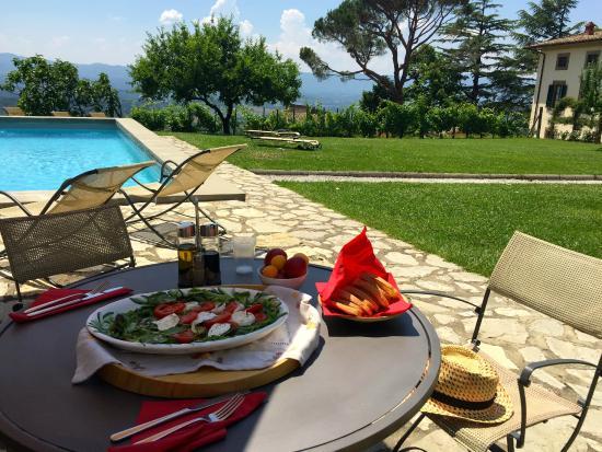 Relais Villa Belpoggio : Lunch at the pool