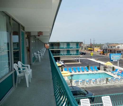 Tradewinds Motor Lodge: A view from the balcony outside your room