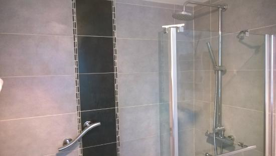 The Old Chapel B&B: Refreshing modern shower stall at The Old Chapel