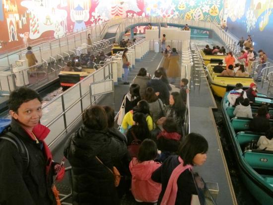Urayasu, Japón: Menunggu antrean naik perahu