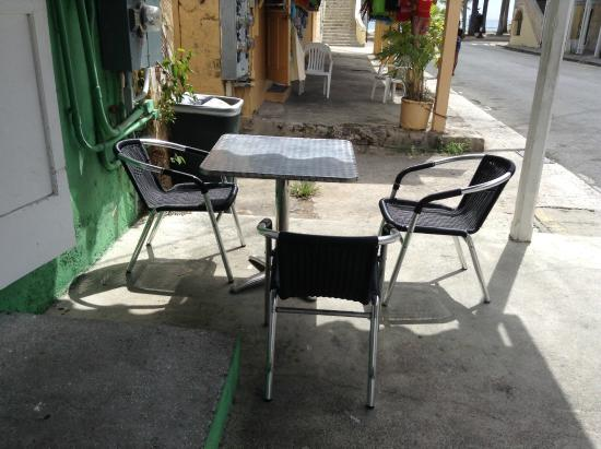 Napoleon's Pizza : Small side walk seating outside.