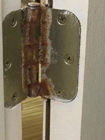 Quality Inn: bathroom door hinges