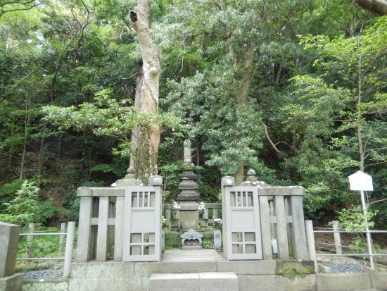 Grave of Minamoto Yoritomo