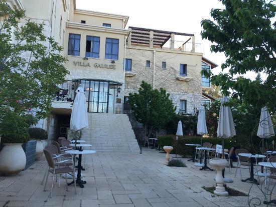 Villa Galilee: Looking at the building