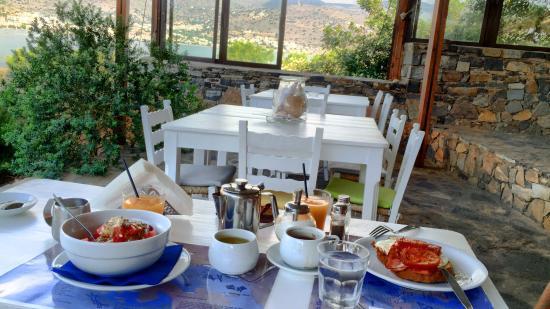 Elounda Island Villas Art Cafe: Endroit magnifique, très nature et l'accueil est parfait.