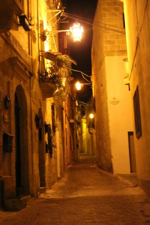 Mia Casa Bed and Breakfast Gozo: Gasse Triq Santa Maria nachts