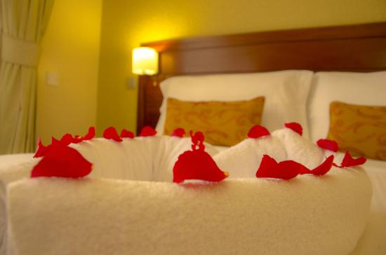 Waridi Paradise Hotel and Suites: king size bed