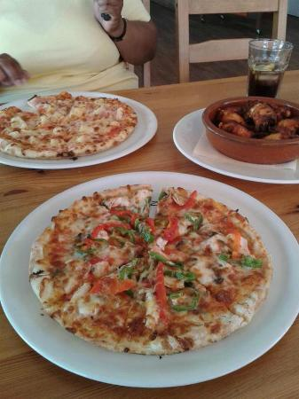 Ristorante Pizzeria Coyote : Hawaiian and Sea Food pizza (calamari, mussel and scampi) and chicken wings!
