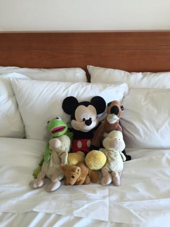 Radisson Hotel & Suites Fallsview: Came back to a clean room and the stuffed animals all put together.