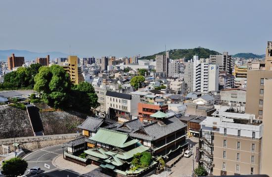 Dogo Onsen Honkan: ホテル葛城から本館と松山城