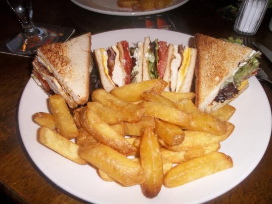 The 3 Tells Irish Pub: Club sanwich