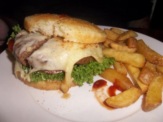 The 3 Tells Irish Pub: Cheese burger