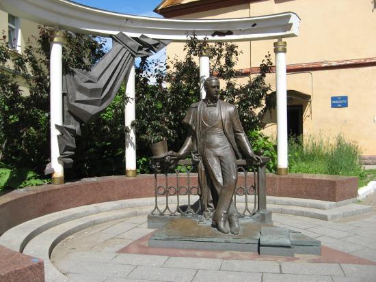 Leonid Sobinov Statue