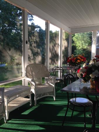 Allegan Country Inn: Relax on the screened in porch