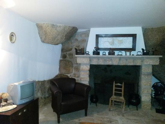 Casa do Chafariz: Fireplace & boulder