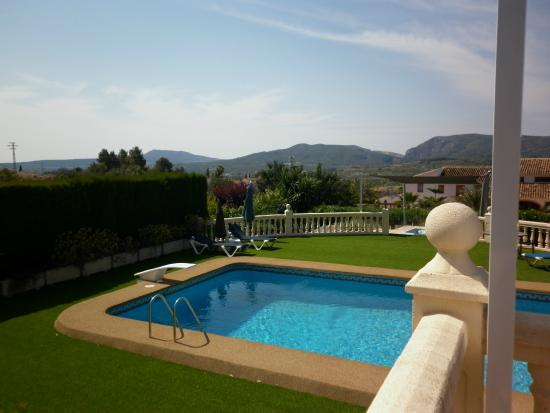 Estrella Lodge: View of pool from BBQ terrace