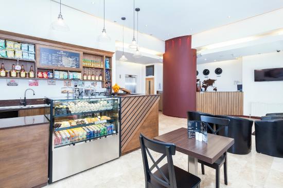 Avni Kensington Hotel: Coffee Shop & Reception Area