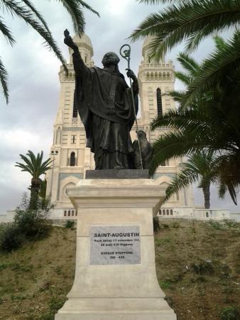 Basilique Saint Augustin: Estátua de Santo Agostinho, em Annaba