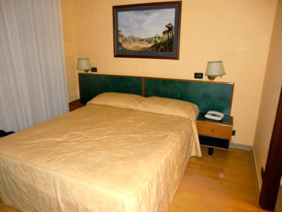 Albergo Carlo Magno Hotel: Small, but plenty of storage space