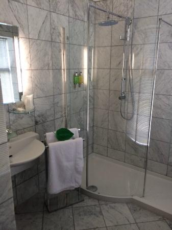 Celtic Guest Houses, The Old Rectory: Large spotless bathroom