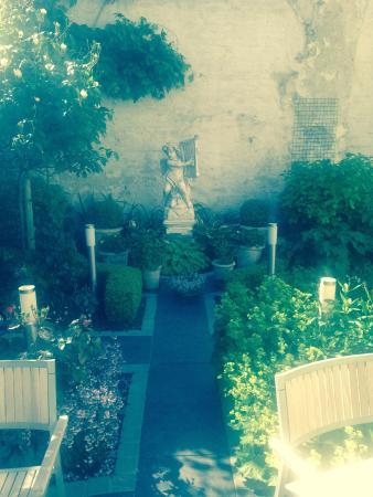 Anselmus Hotel: Garden off breakfast room