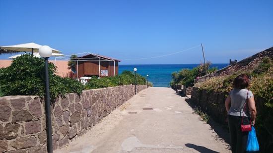 Domus Beach Castelsardo : hoteleigener Weg zum eigenen Strand (keine 50 m)