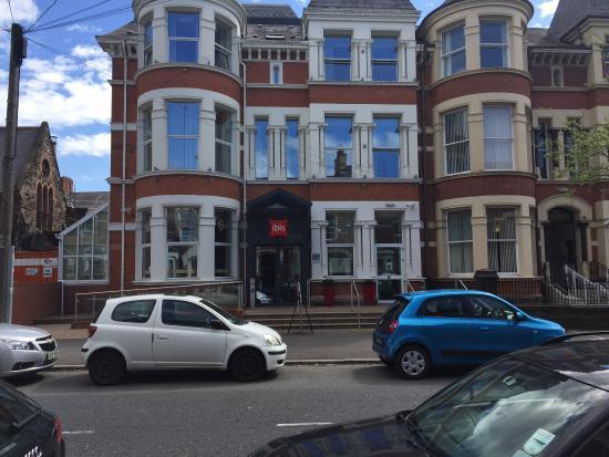 Ibis Belfast Queens Quarter: Вид на отель с улицы