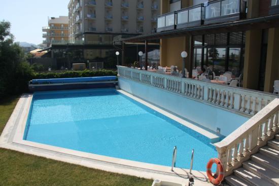 Residence Hotel Rex : Grande piscina con idromassaggio, geysere e lettini su prato all'inglese