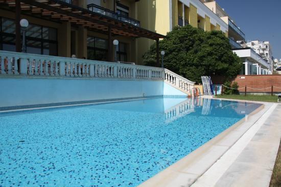 Residence Hotel Rex : Piscina con idromassaggio e geyser per il piacere del relax