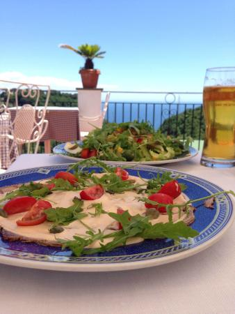 La Margherita Villa Giuseppina: Lunch at the bar with the view