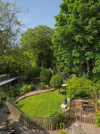 Bridge House Bed and Breakfast: Beautiful rear garden.